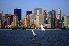NYC Skyline u. Segelboote Stockfotos