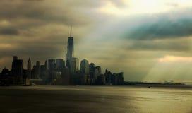 NYC-Skyline unter Sonnenstrahlen Lizenzfreie Stockbilder