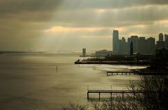 NYC-Skyline unter Sonnenstrahlen Lizenzfreie Stockfotos