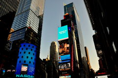 NYC:  Skyskrapor och ljus i Times Square Royaltyfri Foto