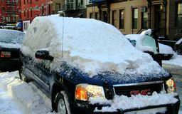 NYC: Snow-Covered SUV Stock Afbeelding