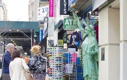 NYC-souvenir shoppar Arkivbilder