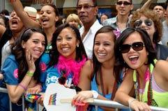 NYC : Spectateurs heureux au défilé homosexuel de fierté Photographie stock