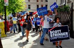 NYC: Ställa upp som frivillig att delta i en kampanj för demokrater Arkivbilder