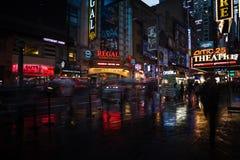 NYC-Straßen nach Regen mit Reflexionen auf nassem Asphalt Stockfotografie