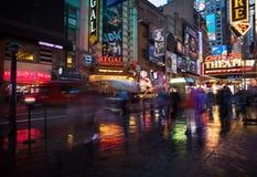 NYC-straten na regen met bezinningen over nat asfalt Royalty-vrije Stock Afbeelding