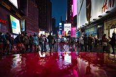 NYC-straten na regen met bezinningen over nat asfalt Royalty-vrije Stock Foto's