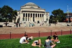 NYC: Studenti e la biblioteca dell'università di Columbia Immagine Stock Libera da Diritti