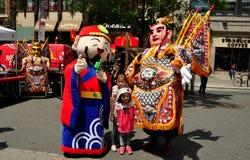 NYC: Taiwanesiska festivalaktörer med barn Arkivbilder