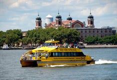 NYC: Tassì dell'acqua ed isola di Ellis Fotografie Stock Libere da Diritti