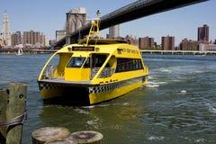 nyc taxar vatten Arkivbilder