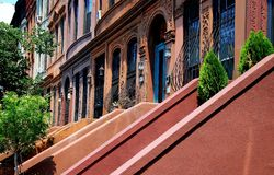 NYC :西部120th街道褐砂石在哈林 免版税库存照片