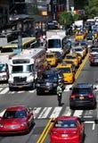 NYC: Tilltäppt trafik på gatan för öst 42nd Arkivfoton