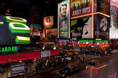 NYC-Times Squaretoeristen bij nacht Stock Fotografie