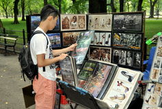 NYC: Tourist with Vendor's Photos in Central Park Royalty Free Stock Photos