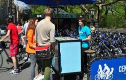 NYC : Touristes louant la bicyclette Image stock