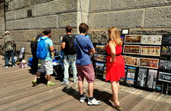 NYC: Tourists on the Brooklyn Bridge Royalty Free Stock Photos
