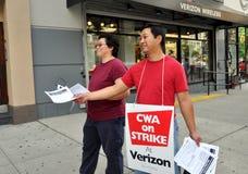 NYC: Trabajadores de pulso del teléfono de Verizon Imagen de archivo libre de regalías