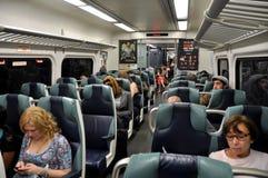 NYC: Tren de cercanías de LIRR con los pasajeros Foto de archivo