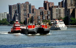 NYC: Tugboat Pushing Barge on East River Royalty Free Stock Photo