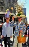NYC: Twee Mensen bij 2014 Pasen paraderen Royalty-vrije Stock Foto's
