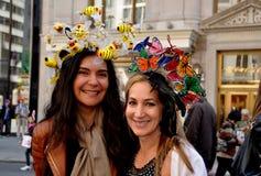 NYC: Twee Vrouwen bij 2014 Pasen paraderen Stock Afbeelding