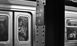 NYC-U-Bahn-Zeichen-Lexington-Alleen-im Norden Manhattan-Stadt-Pendelzug-Ankommen lizenzfreies stockbild