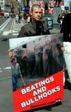 NYC:  Uomo con PETA Sign Protesting Cruelty agli animali Fotografie Stock