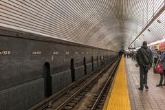 NYC/USA στις 3 Ιανουαρίου 2018 - άνθρωποι που περιμένουν τον υπόγειο στη Νέα Υόρκη Μανχάτταν στοκ φωτογραφία με δικαίωμα ελεύθερης χρήσης