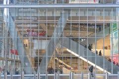 NYC/USA 1月02日购物中心2018玻璃门面在曼哈顿 纽约 库存照片
