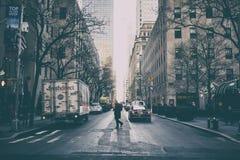 NYC/USA - 29 DEZ 2017 - les gens croisant le passage piéton vu de ci-dessus à New York images libres de droits