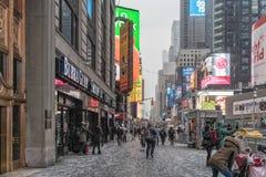NYC/USA - 29 DEZ 2017 - les gens marchant dans la Times Square, New York image libre de droits