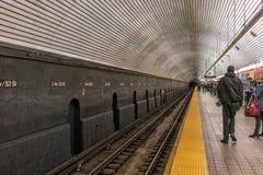 NYC/USA 03 JANUARI 2018 - folk som väntar på gångtunnelen i New York manhattan royaltyfri fotografi