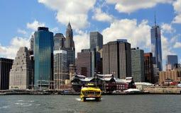 NYC: Vattentaxi och Lower Manhattanhorisont arkivbild