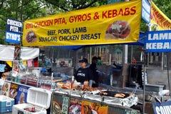 NYC: Vendedor de alimento no festival da rua Fotos de Stock