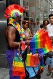 NYC: Vendedor que vende banderas del arco iris en el desfile gay Imágenes de archivo libres de regalías