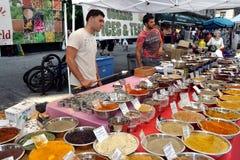 NYC: Vendedores que venden las especias en la feria de la calle Imagen de archivo