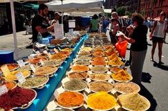 NYC : Vendeur vendant des épices de Colurful Image stock