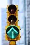 nyc verde dello stoplight della freccia immagine stock