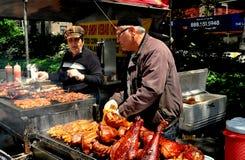 NYC:  Verkopers die Geroosterd Vlees verkopen bij Straatmarkt Royalty-vrije Stock Foto's