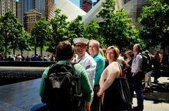 NYC: Visitantes en 9/11 monumento Fotos de archivo libres de regalías