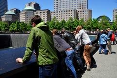 NYC: Visitantes en 9/11 monumento Fotografía de archivo libre de regalías