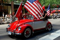 NYC: Volkswagen com as bandeiras na parada turca do dia Foto de Stock Royalty Free