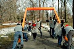 NYC: Voluntarios que ponen las puertas por Christo Imagen de archivo