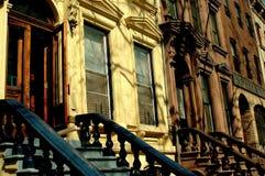 NYC: Västra 130. gatarödbruna sandstenar i Harlem Fotografering för Bildbyråer