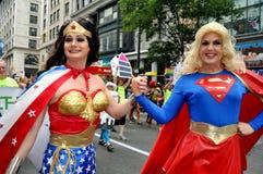 NYC: Wonderwoman & SuperGirl alla parata di orgoglio Fotografie Stock Libere da Diritti