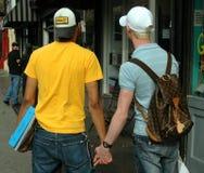 NYC: Zwei Männer, die Hände anhalten Lizenzfreies Stockbild