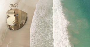 nyckel- ask för hjärta 3D på stranden Arkivfoto
