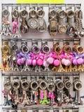 Nyckel- cirklar för souvenir med symbolerna av Paris i presentaffären P Arkivfoto