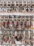 Nyckel- cirklar för souvenir med symbolerna av Paris i presentaffären P Royaltyfri Foto